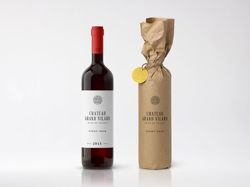 Flaša vina umotana u papirno pakovanje