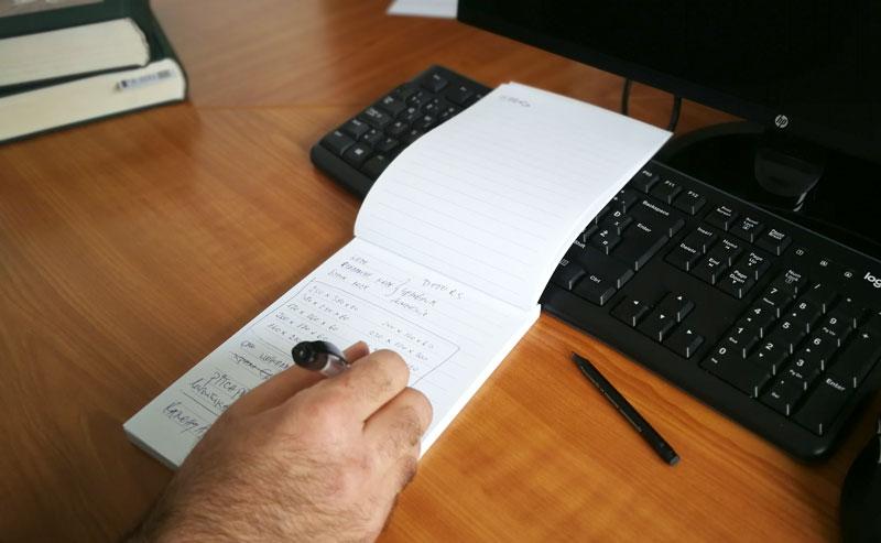ruka pise po reklamnom bloku